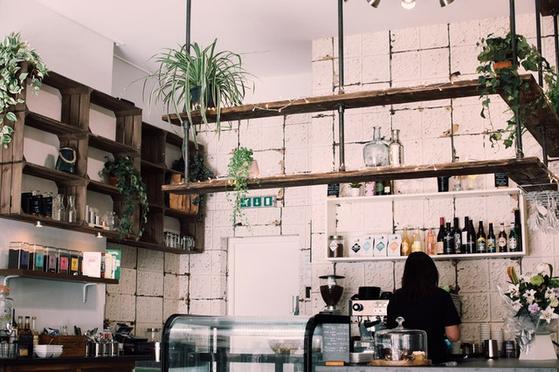 Y가 운영하던 카페를 인수한 B는 9월부터 카페 영업을 시작했는데, Y가 석 달 뒤에 400m 떨어진 곳에 다시 카페를 열었다. 이에 B는 Y의 카페 영업을 폐지하라는 영업금지 등 청구소송을 제기했다. [사진 pexels]