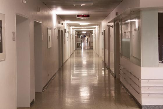 중환자실 담당의가 환자의 상태가 좋지 않다며 퇴근 시간이 한참 지났는데도 여태 자리를 지키고 있다. [사진 pxhere]