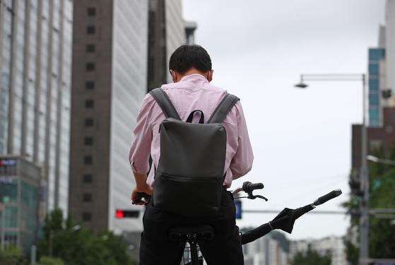 27일 오전 서울 광화문광장에서 한 시민이 자전거를 타고 있다. 연합뉴스
