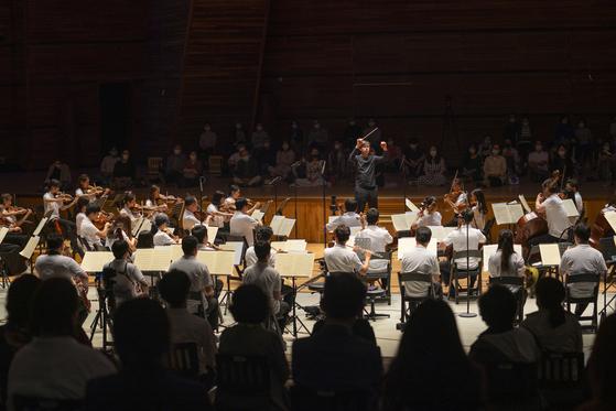 25일 강원도 평창 알펜시아 뮤직텐트에서 열린 공연. 청중이 오케스트라를 에워싸는 독특한 배치를 선택했다. [사진 평창대관령음악제]