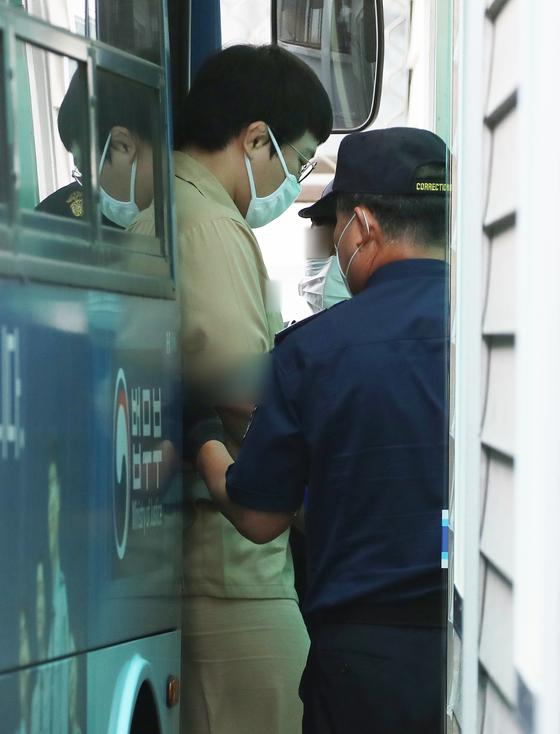 미성년 제자를 성폭행한 한 혐의로 구속기소 된 왕기춘 전 유도국가대표가 지난달 26일 오전 첫 공판에 출석하기 위해 대구지방법원에 도착해 법정으로 향하고 있다. 연합뉴스