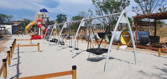 지난 26일 세종시에 들어선 '땀범벅 어린이놀이터'. 놀이터에는 강원도 주문진 해변에 있는 모래를 퍼다 깔았다. [사진 행정중심복합도시건설청]