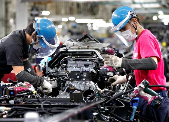 한때 '리쇼어링'의 모범생으로 통했던 일본 완성차 업체들이 국내 자동차 공장을 잇따라 폐쇄하고 있다. 수입차 비중이 낮고 내수 시장이 큰 일본이지만 코로나19 등 글로벌 수요 절벽에 따라 생산 감축이 불가피하다고 판단한 것이다. 사진은 일본 가와사키 미쓰비시 공장에서 완성차를 조립하는 모습. 로이터=연합뉴스