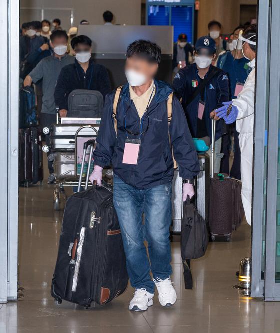 이라크 내 한국인 파견 근로자 290여 명이 24일 공군의 공중급유기(KC-330)를 통해 인천국제공항으로 귀국하고 있다. 뉴스1