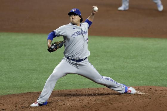 토론토 에이스 류현진이 25일 탬파베이와 MLB 개막전에서 역투하고 있다. 류현진은 5회를 채우지 못하고 강판당했다. [AP=연합뉴스]