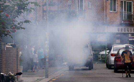 코로나19 확진자가 발생한 서울의 한 데이케어센터 인근 골목에서 소독차량이 방역 작업을 하고 있다. 연합뉴스