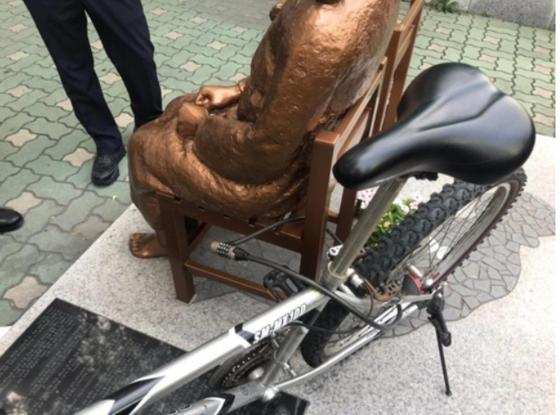 지난 8일 부산 평화의 소녀상에 묶여있는 자전거. [연합뉴스]
