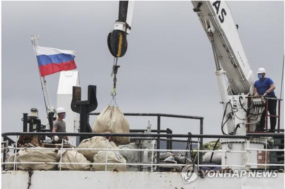 코로나19 확진자 32명이 발생한 러시아 선박 페트르원호. [연합뉴스]