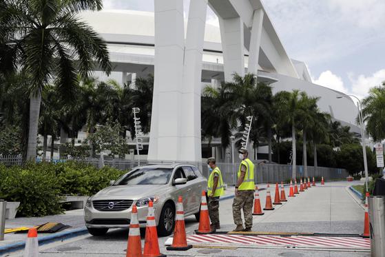 플로리다 주 방위군이 말린스파크에서 신종 코로나바이러스 감염증 방역 작업을 벌이고 있다. AP=연합뉴스
