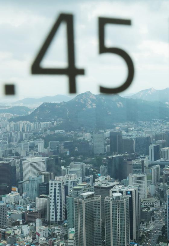 정부가 '2020 세법 개정안'을 발표한 22일 서울 남산타워에서 보이는 빌딩숲이 위로 최고세율 인상률인 숫자 45가 보인다. 뉴스1