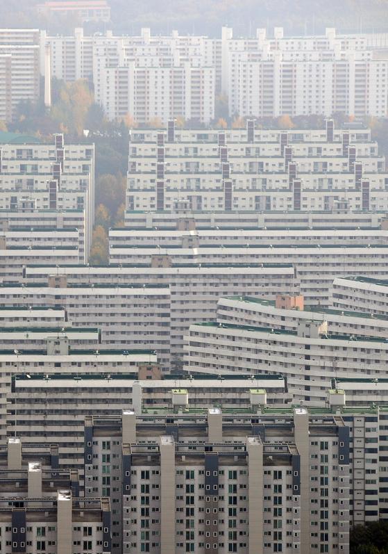 사진은 분양가 상한제 대상으로 선정된 서울 강남구 대치동 아파트의 모습. 뉴스1