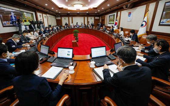 정세균 국무총리가 28일 오전 서울 종로구 정부서울청사에서 열린 국무회의에서 모두발언을 하고 있다. 뉴스1