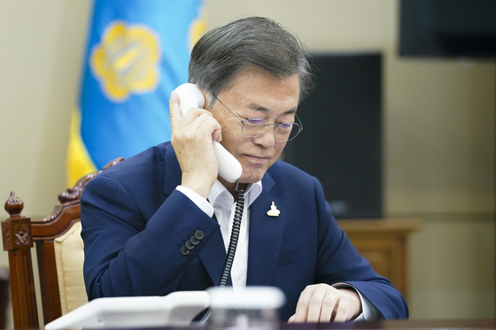 주요 포털사이트 실시간 검색어에 '문재인을 파면한다'가 올라온 28일 문재인 대통령이 청와대 여민관에서 전화 통화하고 있다. 뉴스1