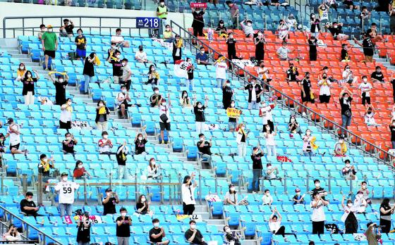 관중 입장을 시작한 26일 잠실구장에서 팬들이 거리두기를 지키며 응원하고 있다. [뉴스1]