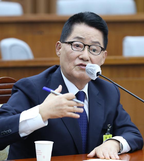 박지원 국정원장 후보자(왼쪽)가 27일 국회 인사청문회에서 답변하고 있다. [연합뉴스]