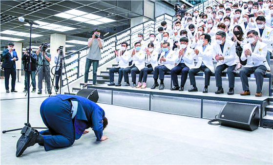 권영진 대구시장이 25일 오후 서울 상암동 JTBC 사옥에서 열린 '히어로즈 나잇(Heroes night)' 행사에 참석해 의료진에게 절을 하고 있다. 뉴시스