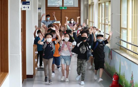 여름방학이 시작된 23일 오전 대전 동구 산흥초등학교에서 학생들이 교실를 나서고 있다. 뉴스1