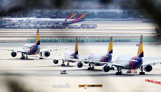 인천국제공항 주기장에 아시아나항공 여객기들이 주기돼있다. 뉴시스