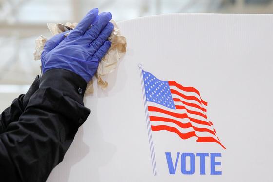 지난 4월 미국 메릴랜드주 볼티모어 한 고등학교 투표소에서 자원봉사자가 청소를 하고 있다. [로이터=연합뉴스]