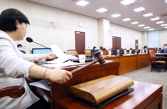 서영교 행정안전위원장이 28일 국회 행안위 전체회의에서 미래통합당 의원들이 불참한 가운데 부동산세와 관련한 지방세법 개정안 통과를 선언하고 있다. 연합뉴스