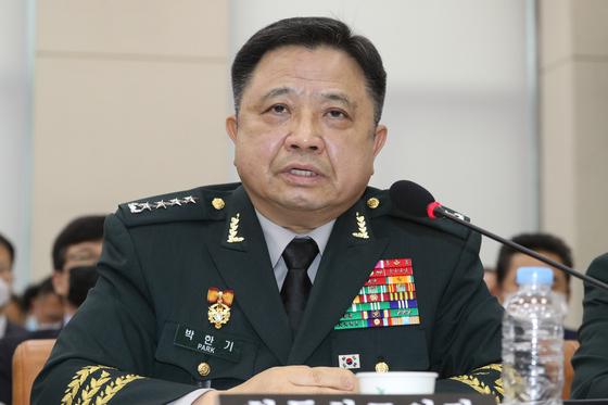 박한기 합동참모의장이 28일 국회에서 열린 국방위원회 전체회의에서 의원들의 질의에 답하고 있다. [뉴스1]