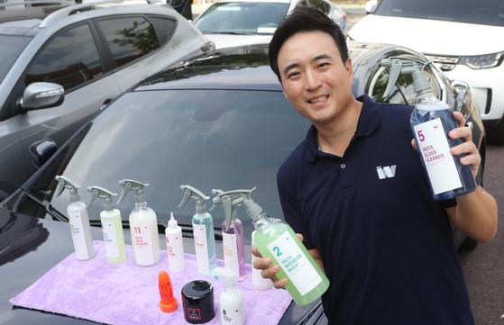 이대건(조나단 리) 인스타워시 대표가 21일 서울 효령로 자신의 회사 세차장에서 인스타워시의 세차방법을 설명하고 있다. 최정동 기자
