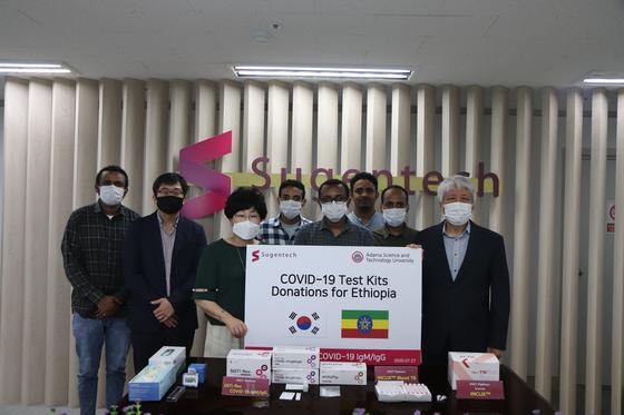 ㈜수젠텍은 코로나19 신속진단키트 1만개를 에티오피아에 기부하기로 했다. 지난 27일 충북 오송에 있는 이 회사에서 기부식이 열렸다. [사진 ㈜수젠텍]