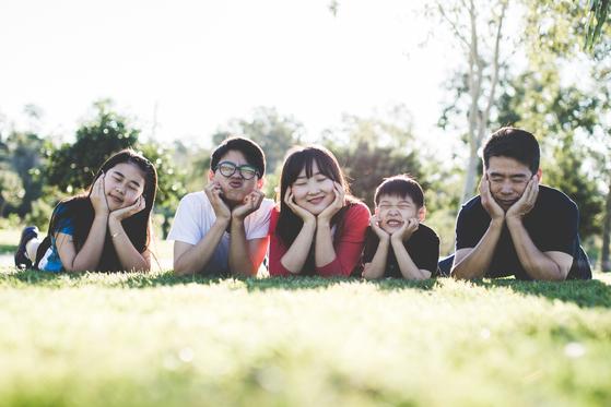 사랑하는 배우자, 헌신적인 가족, 따스한 공동체의 보살핌 속에 어울려 사는 사람은 소외된 억만장자보다 더 행복감이 크다. [사진 pexels]