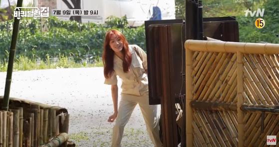 예능 프로그램 '바퀴 달린 집'에서 점프슈트와 슬리퍼로 편안한 휴가룩을 선보인 배우 이성경. 사진 tvN 유튜브