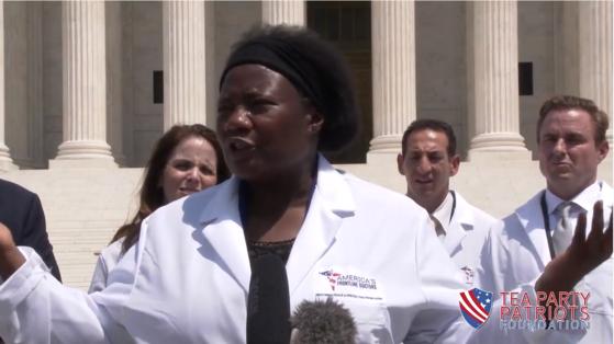 """미국 텍사스주 의사 스텔라 에마누엘은 27일(현지시간) 미국 대법원 앞에서 열린 기자회견에서 """"코로나19 치료제가 있으니 마스크를 쓸 필요도, 셧다운할 필요도 없다""""고 주장했다. [유튜브 캡처]"""