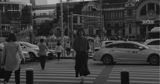 '준지'의 2021 봄여름 컬렉션 패션 필름 'seoulsoul'. 준지의 새로운 컬렉션 의상을 입은 모델들이 서울의 곳곳을 런웨이 삼아 걷는다. 사진 준지 영상 캡처.