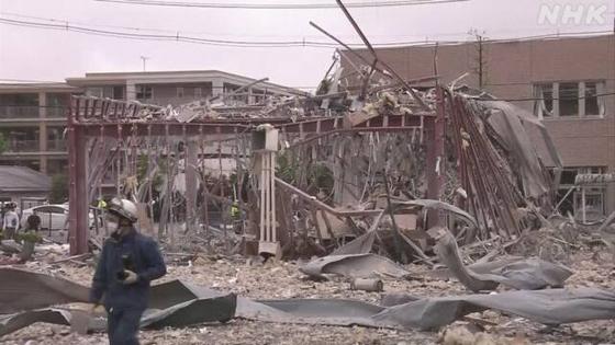 일본 후쿠시마 현 고리야마시 음식점에서 30일 오전 강력한 폭발 사고로 최소 1명이 사망하고 17명이 부상당하는 사고가 발생했다. 감식반원들이 현장에서 폭발 원인 들을 조사하고 있다. NHK 캡처