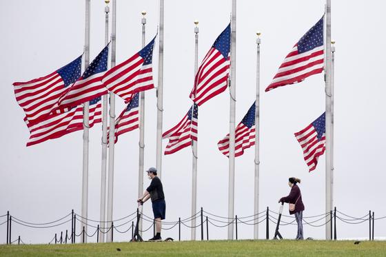 지난 5월 미국 워싱턴기념탑 주변에는 코로나19 희생자를 기리는 조기가 걸렸다. 이후에도 사망자는 급증해 지난 29일(현지시간) 15만 명을 넘어섰다. [EPA=연합뉴스]