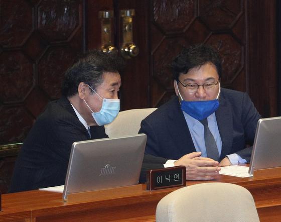 더불어민주당 이상직 의원과 이낙연 의원이 30일 오후 서울 여의도 국회에서 열린 제380회국회(임시회) 제7차 본회의에서 대화하고 있다. 뉴스1