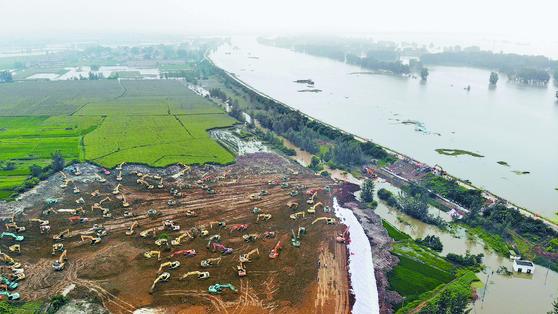 [사진] 홍수 막아라 … 중국, 제방 쌓기 총력전