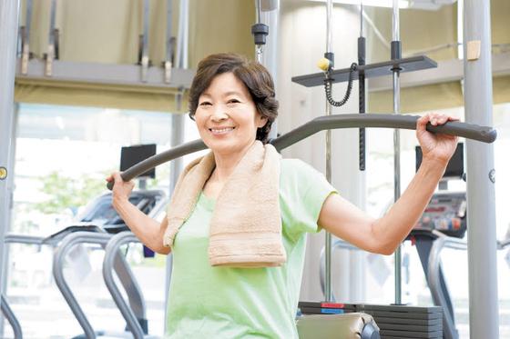 건강한 노년을 보내기 위해서는 조금이라도 일찍 근력운동과 유산소운동을 통해 근육을 단련해야 한다. 충분한 단백질 섭취도 중요하다. [사진 pixta]