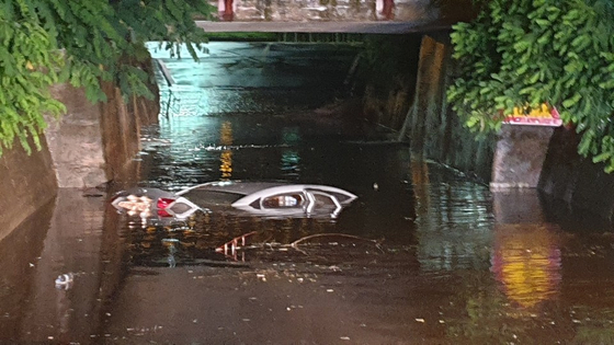 30일 오전 충북 증평군 증평읍의 굴다리에서 불어난 물에 침수된 차량에서 1명이 구조됐다. [사진 충북소방본부]