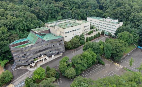서울 서초구 우면동 전 한국교육개발원 부지의 모습. 정부는 그린벨트에 지어진 이 건물을 리모델링해 임대주택을 공급하기 위해 서초구에 토지거래허가를 신청했으나 서초구가 불허가 통보를 했다. 중앙포토