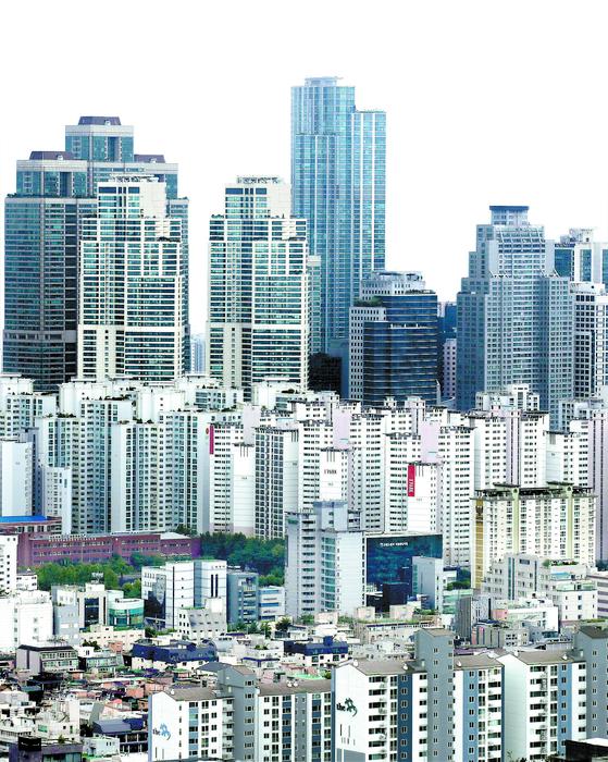 기획재정부는 22일 세제발전심의위원회를 열고 2020년 세법개정안을 발표했다. 지난해 12·16, 올해 6·17, 7·10 부동산 대책을 통해 발표한 종합부동산세·양도소득세 등 세제 개편안이 이번 세법 개정에 그대로 담겼다. 특히 다주택자 또는 고가 1주택자들의 종합부동산세 부담이 내년부터 많이 늘어날 예정이다. 사진은 이날 오후 서울 강남구 대치동 일대 아파트 단지 모습. 연합뉴스