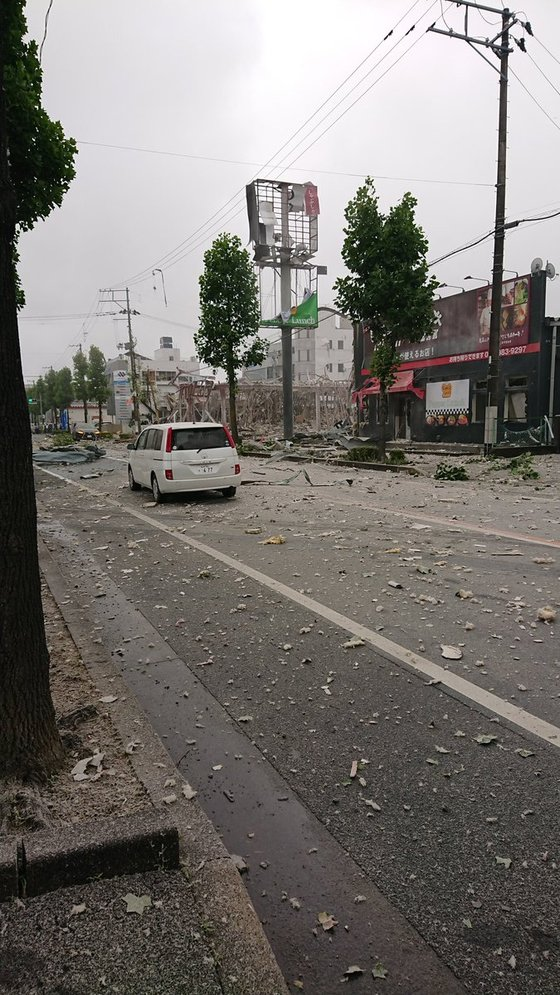 음식점 폭발로 인해 날아간 잔해가 주변 도로에 떨어져 있다. 사진 트위터