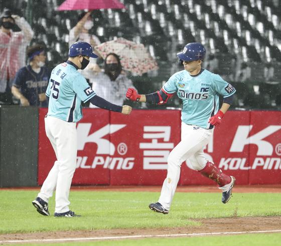 지난 28일 부산 롯데전에서 시즌 11호 홈런을 터트리고 들어오는 노진혁. [연합뉴스]