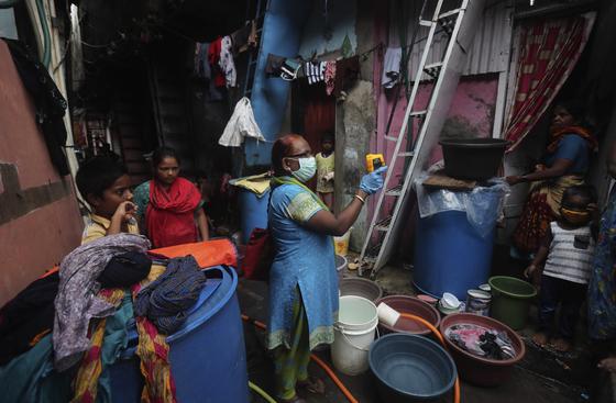 인도 뭄바이의 빈민가에서 코로나19 진단 검사가 이뤄지고 있다. [AP=연합뉴스]