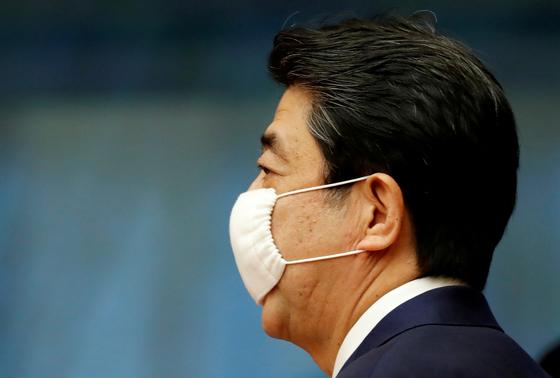지난 5월 25일 코로나19 기자회견에 참석한 아베 신조 일본 총리. [로이터=연합뉴스]