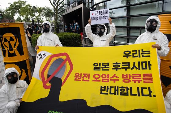 30일 오전 서울 종로구 주한일본대사관 앞에서 국제환경단체 그린피스 한국사무소 회원들이 '후쿠시마 오염수 방류 반대'를 주장하며 퍼포먼스를 하고 있다. 이들은 31일까지 진행되는 일본의 '주민 의견수렴' 이후 일본 정부가 '후쿠시마 방사능 오염수 해양 방류'를 결정할 가능성이 크다고 우려한다. 연합뉴스