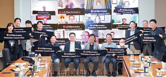 LG전자는 최근 디지털 전환에 기반한 R&D 혁신을 위해 인공지능·빅데이터·클라우드·로봇·모빌리티 분야 등의 글로벌 전문가와 교류하는 '이노베이션 카운실'을 발족했다. 이를 통해 미래기술과 신사업 기회를 발굴한다는 계획이다. [사진 LG그룹]