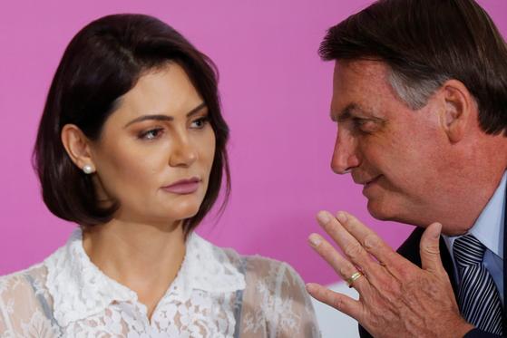 브라질 대통령 27세 연하 부인도 코로나 감염 … 대통령은 또 노마스크