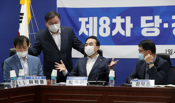 김태년(왼쪽 둘째) 더불어민주당 원내대표와 박홍근(가운데) 을지로위원장, 황덕순(오른쪽) 청와대 일자리수석이 31일 당정청 을지로위원회 민생현안회의에서 만나 의견을 나누고 있다. [뉴스1]