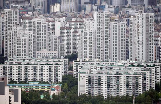 지난달 신용대출을 끌어서 집을 사려는 우량차주들이 몰리면서 은행권 일반신용대출 평균금리가 사상 처음 2%대에 진입했다. 사진은 28일 서울 강남 아파트 일대. 연합뉴스