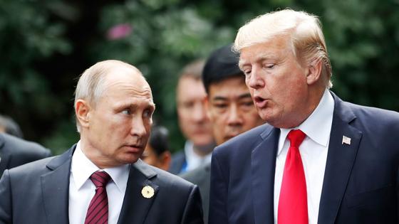 블라드미르 푸틴(왼쪽) 러시아 대통령과 도널드 트럼프 미국 대통령이 에너지 가격 안정을 위해 대화하기로 했다고 로이터 통신이 전했다.