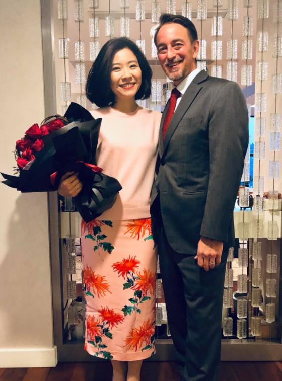 중국 청두 미 총영사 짐 멀리낙스(Jim Mullinax)와 그의 부인 촹쭈이(Chuang Tzu-i). [페이스북 캡쳐]